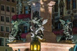 campanário da coluna da paz com a famosa estátua do anjo dourado da paz em Munique