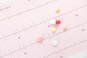 prescrição de pílulas médicas em um diagrama cardiovascular foto