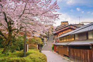 cidade velha de kyoto, distrito de higashiyama durante a temporada de sakura foto