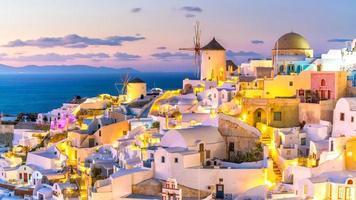 pôr do sol na famosa cidade de oia, grécia, europa foto