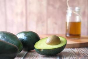 close up de metades de abacate em fundo neutro de cozinha foto