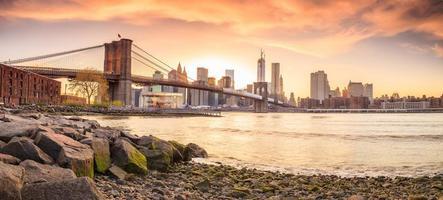ponte do brooklyn ao pôr do sol foto