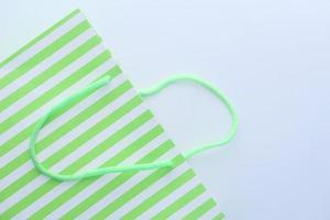 sacola de presente listrada verde foto