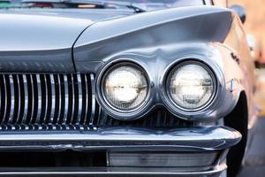 esquina dianteira de um carro americano clássico dos anos cinquenta foto