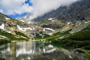 cachoeira e lago de montanha foto