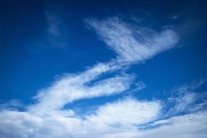 Vento soprado por uma nuvem branca abstrata