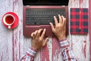vista superior da pessoa digitando no teclado foto