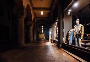 itália 2017 - vitrine com roupas à noite