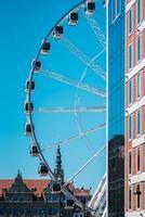 gdansk, polônia 2017- roda gigante contra o céu azul foto