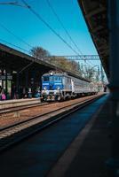 gdansk, poland 2017- trilhos da estação principal com um trem chegando