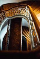 escada semicircular antiga vintage foto