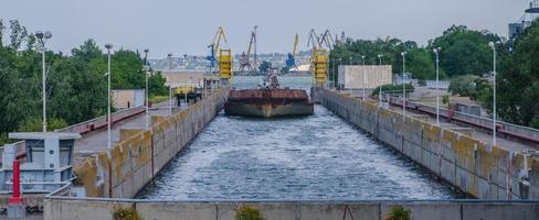 uma barcaça de carga na eclusa de uma barragem de água