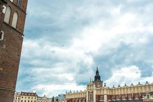 Cracóvia, Polônia 2017 - atrações arquitetônicas turísticas na praça do mercado de Cracóvia