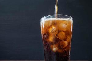 refrigerante sendo derramado em um copo