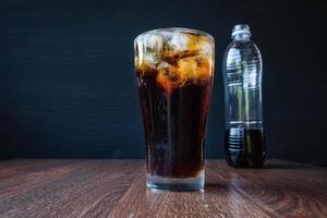 refrigerante em um copo e garrafa