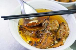Bun cha com porco grelhado, macarrão de arroz, legumes e sopa na culinária vietnamita