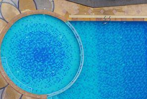 vista de cima de uma piscina na borda foto