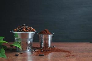 grãos de café e café moído em baldes