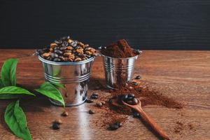 grãos de café e café moído
