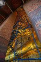 estátua de Buda grande de ouro wat pho em construção foto