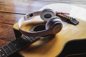 fones de ouvido em um violão