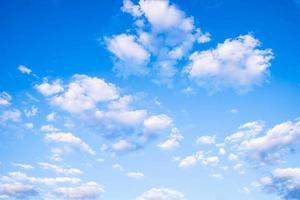 céu azul e lindas nuvens foto