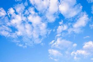 nuvens leves no céu foto