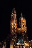 Cracóvia, Polônia 2017- noites na antiga área comercial de Cracóvia com as luzes dos postes de luz foto