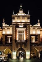 Cracóvia, Polônia 2017- noites na antiga área comercial de Cracóvia com as luzes dos postes de luz