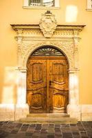 velha porta vintage de madeira e metal foto