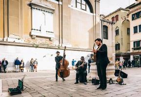 veneza, itália 2017- músicos de rua na praça de veneza