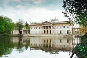 Varsóvia, Polónia 2017 - antigo palácio e conjunto de parque de Lazienki em Varsóvia foto