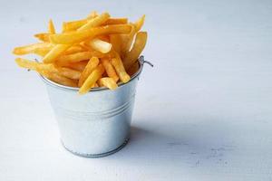 batatas fritas em um balde foto