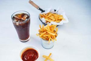batatas fritas e um refrigerante