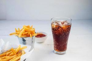 refrigerante gelado e batatas fritas