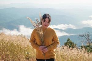 mulher segurando arroz foto
