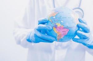médico ou cientista usando vacinas para combater covid-19 e outras doenças