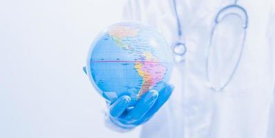 médico ou cientista usando vacinas para combater covid-19 e outras doenças foto