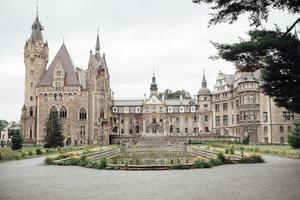 moszna, polônia 2017 - antigo castelo polonês na vila de moszna