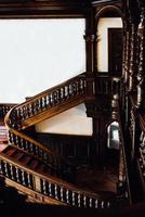 polônia 2017 - antiga escada de mogno vintage em um palácio foto