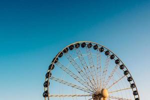 roda gigante contra o céu azul foto