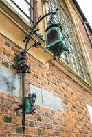 lanterna de bronze na histórica praça de Cracóvia