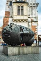 Cracóvia, Polônia 2017 - cabeça de escultura em monumento de bronze na praça do mercado de Cracóvia