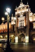 Cracóvia, Polônia - antiga área comercial de Cracóvia 2017 à luz dos postes de luz foto