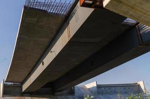 ponte em construção com estrada foto
