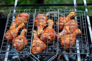 carne no espeto frita na grelha ao ar livre foto