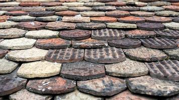 telhas de cerâmica em um telhado antigo em genebra, suíça foto