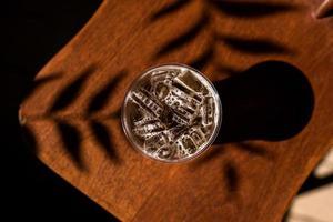 copo de café gelado em uma cadeira com sombras