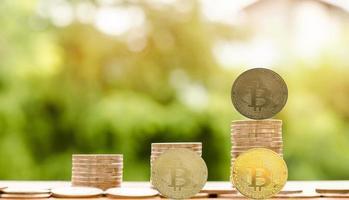 moeda criptomoeda bitcoin e moeda de euro na mesa foto