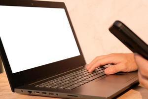 mão do empresário trabalhando no laptop, conceito de tecnologia foto